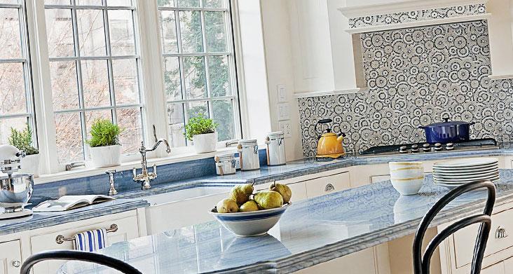 Какой цвет столешницы выбрать для белой кухни — голубая столешница фото