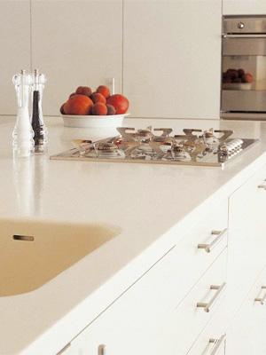 какую столешницу подобрать к белой кухне — столешница из акрила фото