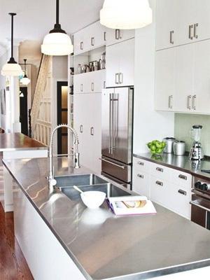 столешница для белой кухни какую выбрать — столешница из нержавеющей стали фото
