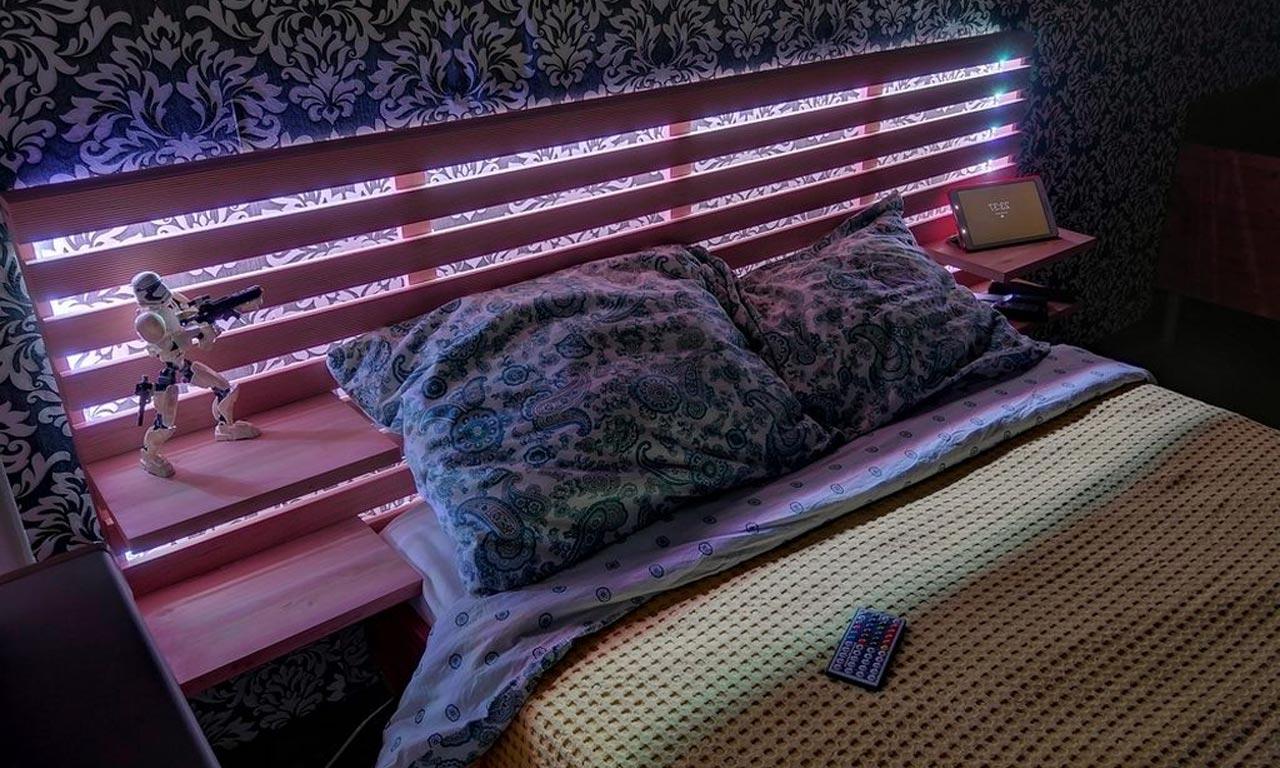 Кровать с подсветкой светодиодной лентой снизу и в изголовье фото